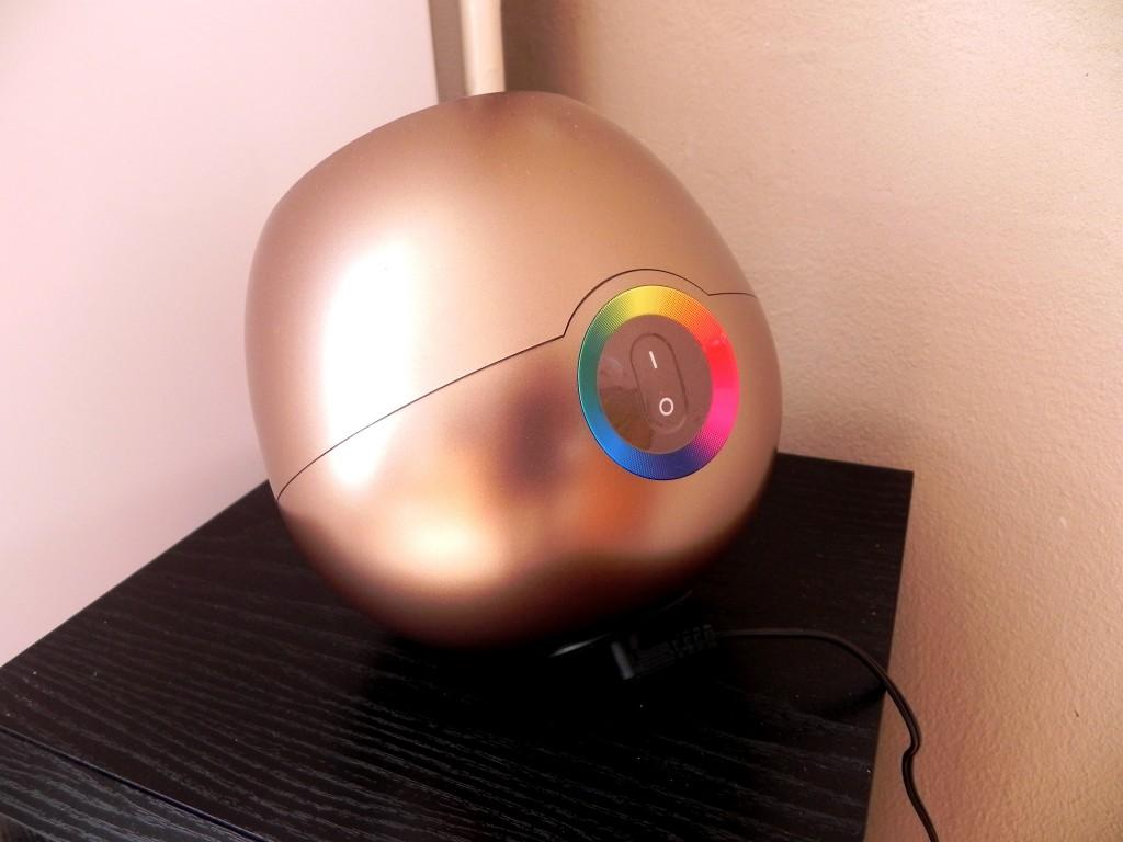 I love de Living Colours lamp van Philips! Ik heb 'm vaak aan staan en elke keer ziet dit hoekje van de kamer er weer anders uit!