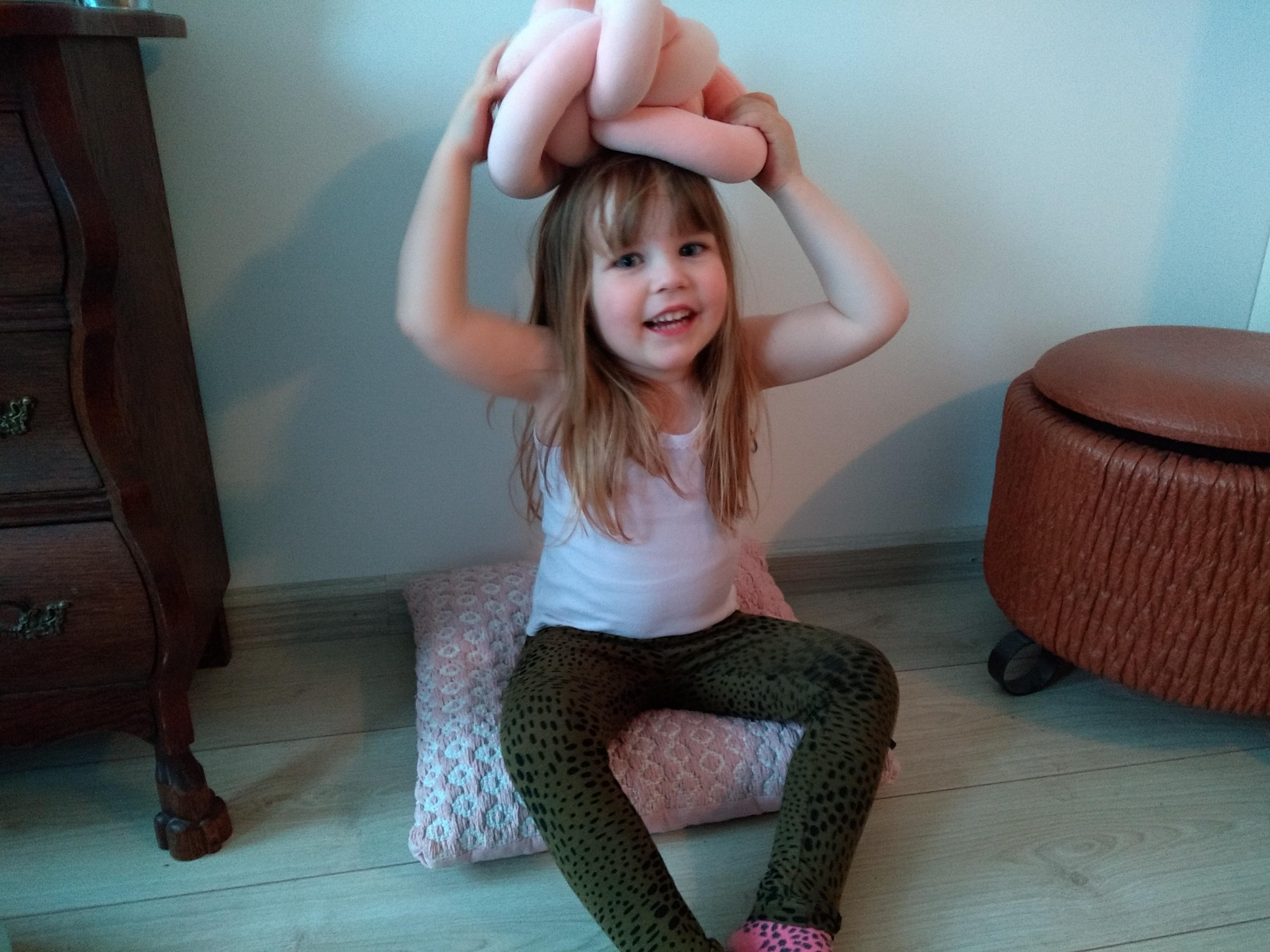 middelste kind, drie kinderen, gezin met drie kinderen, zus, zusje, onddeugend, schattig, lief, mamablog, blog, mamalifestyle, lalog.nl, lalogblog, lalog